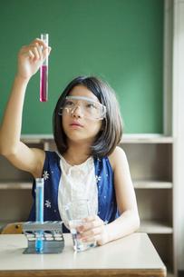 理科の実験をする小学生女子の写真素材 [FYI01737748]
