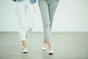 歩く女性2人の足元の写真素材 [FYI01737764]
