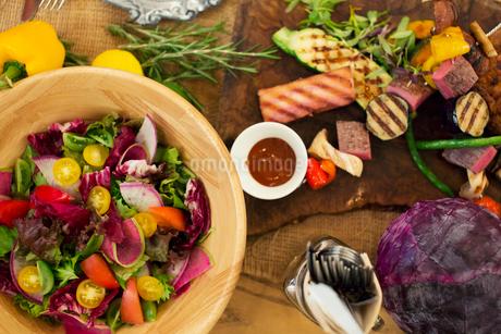 テーブルの上に置かれた食事の写真素材 [FYI01737775]