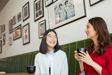 カフェで会話する笑顔の親子の写真素材 [FYI01737788]