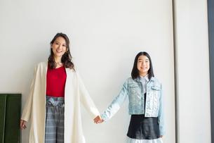 手をつなぐ親子のポートレートの写真素材 [FYI01737795]