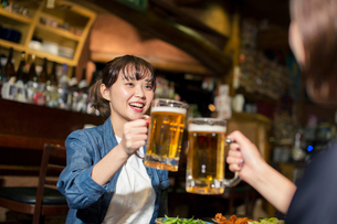 居酒屋で乾杯をする20代女性の写真素材 [FYI01737801]