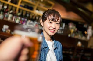 居酒屋で乾杯をする20代女性の写真素材 [FYI01737805]