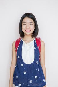 笑顔の小学生女子のポートレートの写真素材 [FYI01737819]