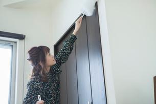 部屋の掃除をする20代女性の写真素材 [FYI01737823]