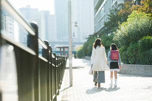 街を歩く親子の後ろ姿の写真素材 [FYI01737827]