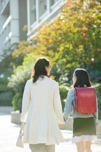 街を歩く親子の後ろ姿の写真素材 [FYI01737832]