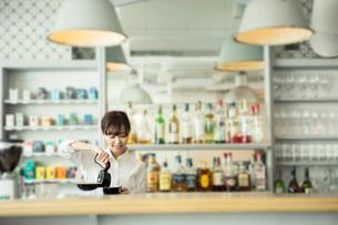 コーヒーを注ぐ20代カフェ店員の写真素材 [FYI01737833]