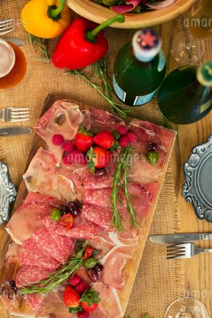 テーブルの上に置かれた食事の写真素材 [FYI01737837]