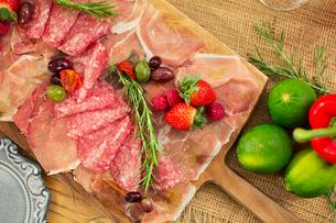 テーブルの上に置かれた食事の写真素材 [FYI01737847]