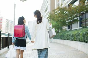 街を歩く親子の後ろ姿の写真素材 [FYI01737850]