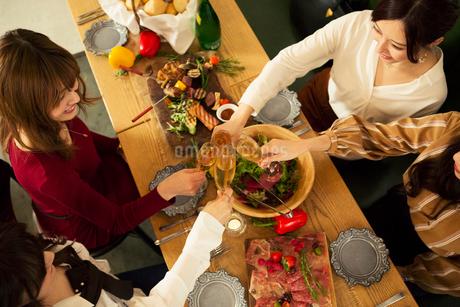 乾杯をする20代女性4人の写真素材 [FYI01737861]