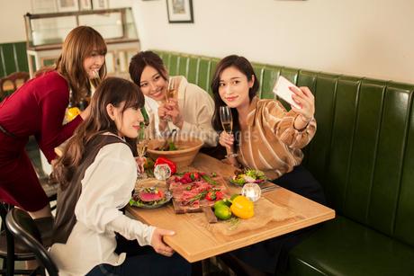 女子会を楽しむ20代女性4人の写真素材 [FYI01737865]
