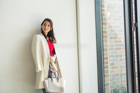 オシャレな30代女性のポートレートの写真素材 [FYI01737884]