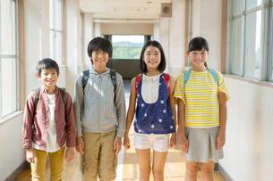 廊下に立つ笑顔の小学生男女の写真素材 [FYI01737885]