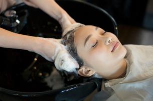 美容室のシャンプーで癒される20代女性の写真素材 [FYI01737916]