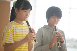 合奏をする小学生男女の写真素材 [FYI01737922]