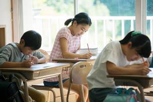 問題を解く小学生男女の写真素材 [FYI01737930]