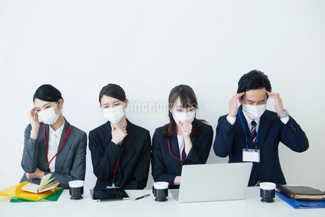 マスクをつけて苦しむ様子の男女の写真素材 [FYI01737935]