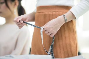 メジャーを持つ女性の手元の写真素材 [FYI01737938]