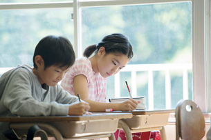 問題を解く小学生男女の写真素材 [FYI01737944]