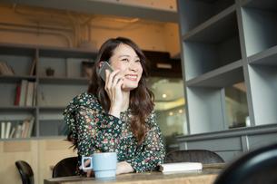電話をする笑顔の20代女性の写真素材 [FYI01737945]