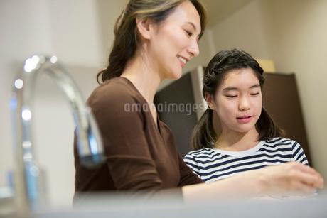 料理をする親子の写真素材 [FYI01737959]