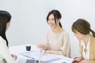 パソコンを使いミーティングをする20代OL3人の写真素材 [FYI01737960]
