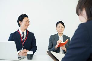 20代30代男女のオフィスワーク風景の写真素材 [FYI01737967]
