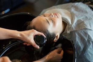 美容室のシャンプーで癒される20代女性の写真素材 [FYI01737972]