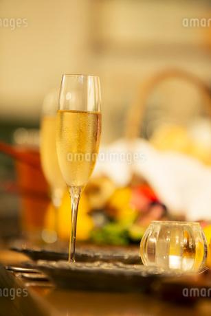 テーブルの上のシャンパンの写真素材 [FYI01737995]