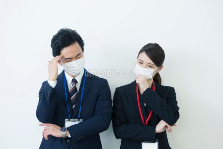 マスクをつけて苦しむ様子の男女の写真素材 [FYI01738030]