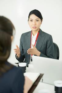 説明をする仕事中の30代女性の写真素材 [FYI01738054]