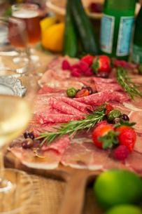 テーブルの上に置かれた食事の写真素材 [FYI01738055]