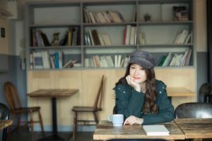 カフェでくつろぐ20代女性の写真素材 [FYI01738062]