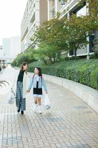 買い物帰りの笑顔の親子の写真素材 [FYI01738065]