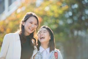 街に立つ笑顔の親子の写真素材 [FYI01738121]