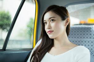 タクシーに乗る20代女性の写真素材 [FYI01738128]