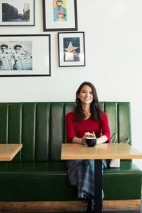カフェでくつろぐ30代女性の写真素材 [FYI01738129]