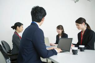 20代30代男女のオフィスワーク風景の写真素材 [FYI01738131]