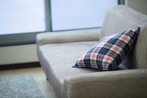 リビングルームに置かれたソファとクッションの写真素材 [FYI01738132]