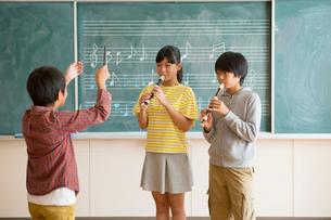 合奏をする小学生男女の写真素材 [FYI01738137]