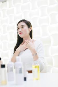 化粧品のミーティングをする20代女性の写真素材 [FYI01738139]