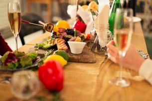テーブルの上に置かれた食事の写真素材 [FYI01738143]