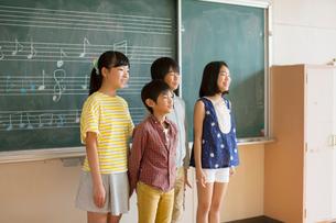 合唱をする小学生男女の写真素材 [FYI01738163]