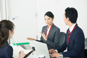 20代30代男女のオフィスワーク風景の写真素材 [FYI01738223]