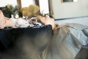 美容室のシャンプーで癒される20代女性の写真素材 [FYI01738224]