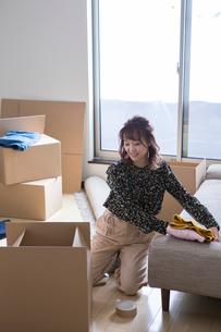 ダンボールに梱包する20代女性の写真素材 [FYI01738227]