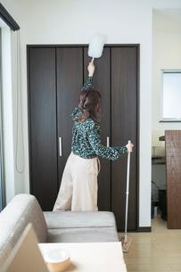 部屋の掃除をする20代女性の写真素材 [FYI01738231]