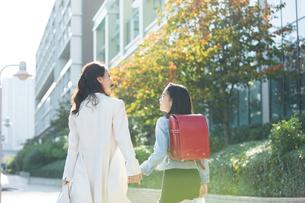 街を歩く親子の後ろ姿の写真素材 [FYI01738232]